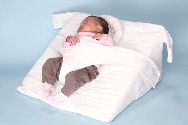 Аргументы за и против использования подушки для новорожденного