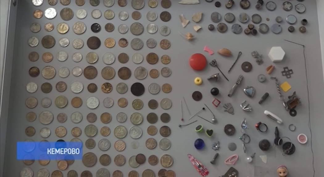 Как вытаскивают монету из желудка ребенка. что делать, если ребёнок проглотил монету?! как понять, что ребенок проглотил монету?