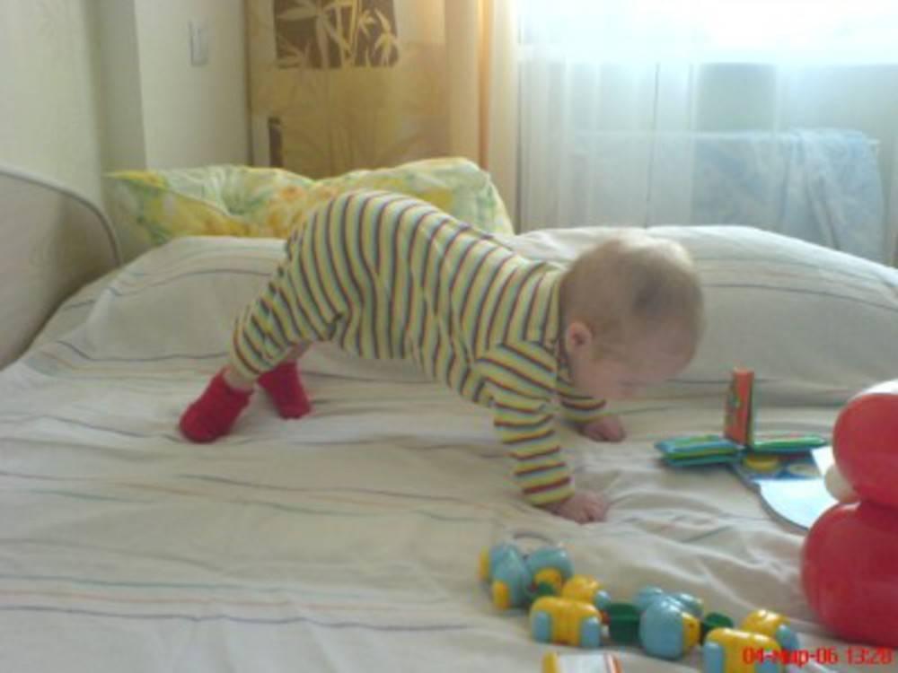 Во сколько малыш начинает переворачиваться на живот