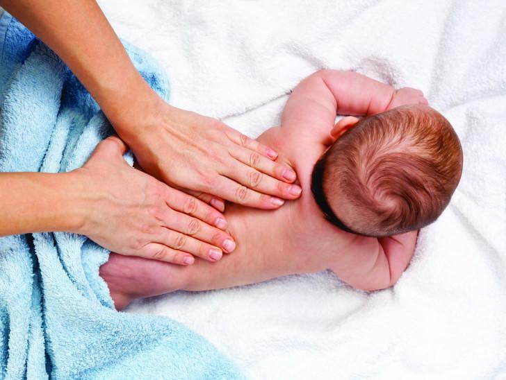 Грудничок запрокидывает голову, выгибает спину: почему новорожденный, ребенок 3 месяцев и младенцы иного возраста отклоняются назад, дугой, и мнение комаровского