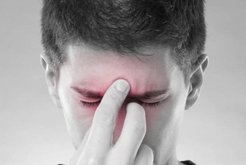 Дергается нижнее или верхнее веко глаза: причины, что делать и как лечить