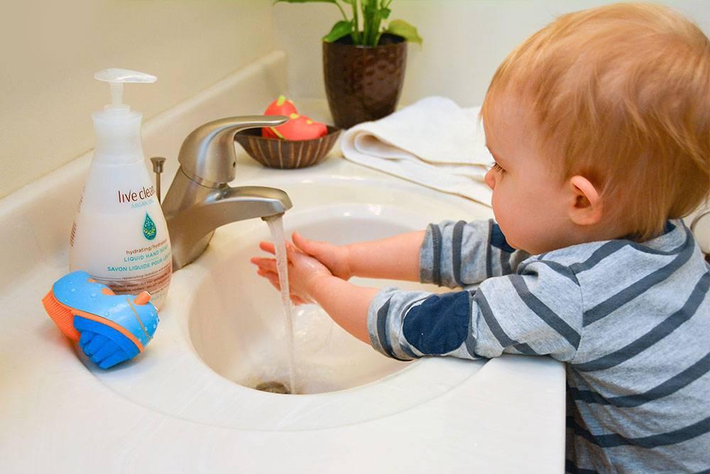Лучшие способы как мыть новорожденных: советы как правильно умывать и купать грудничка (120 фото)