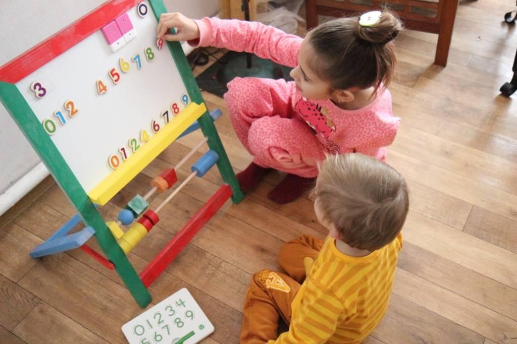 В каком возрасте дети должны знать цвета? как научить ребенка различать цвета?
