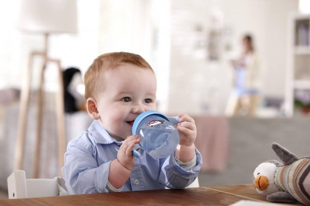 Как правильно держать новорожденного: на руках, во время кормления, при купании: 5 главных правил
