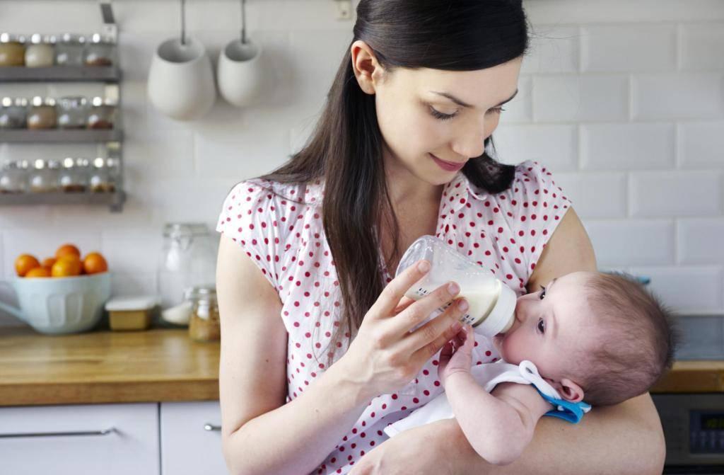 Ребенок срыгивает после кормления: что делать?