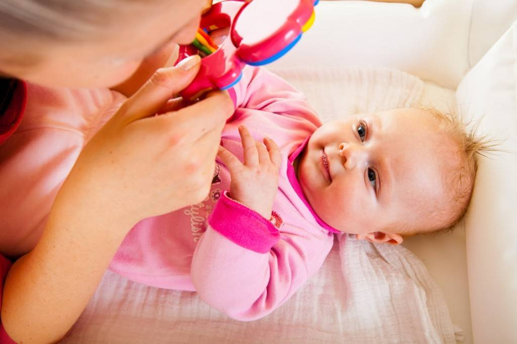 Развитие ребенка в десять месяцев: что должен уметь?