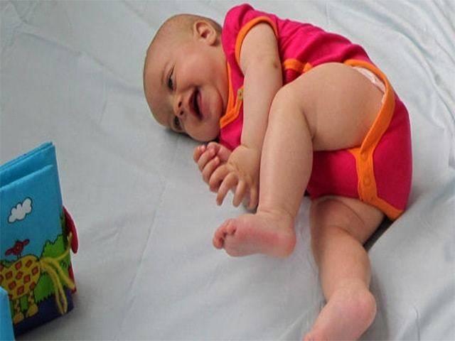 Когда дети начинают переворачиваться?   во сколько месяцев ребенок переворачивается со спины на бок и на живот