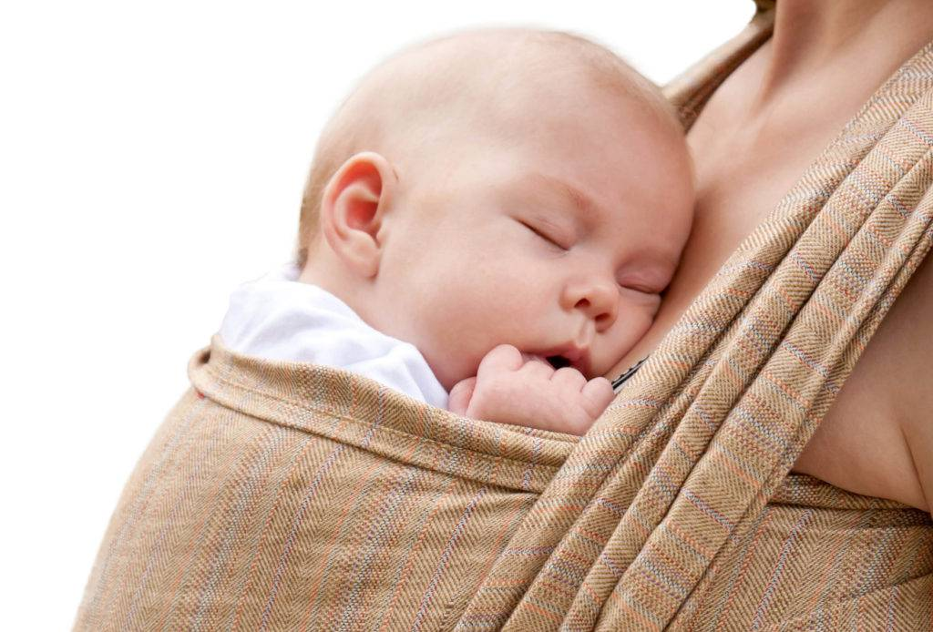 Как правильно брать ребенка при подмывании под краном: мальчика и девочку