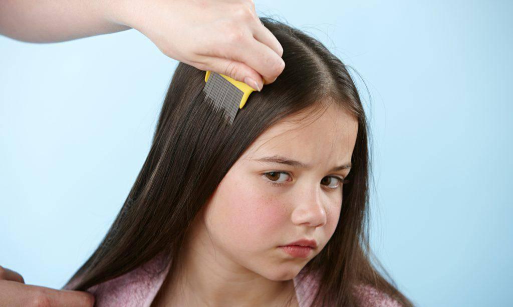 Ребенок чешет голову: причины, что делать?
