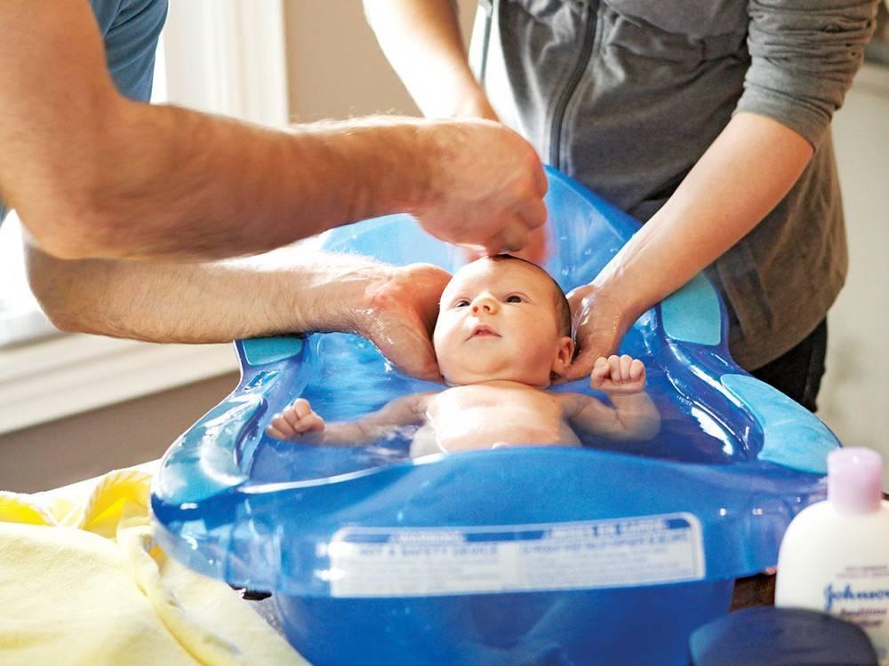 Когда лучше купать новорожденного: до или после еды, в какое время суток