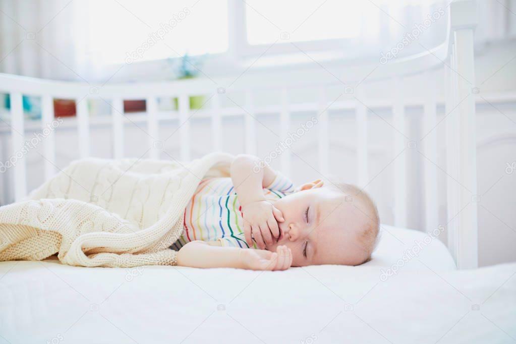 Как приучить ребенка спать самостоятельно в своей кроватке
