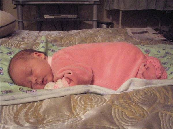 Можно ли новорождённому ребёнку спать на животе