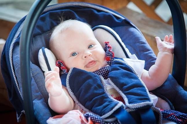 Когда новорожденный улыбается и когда начинает смеяться?