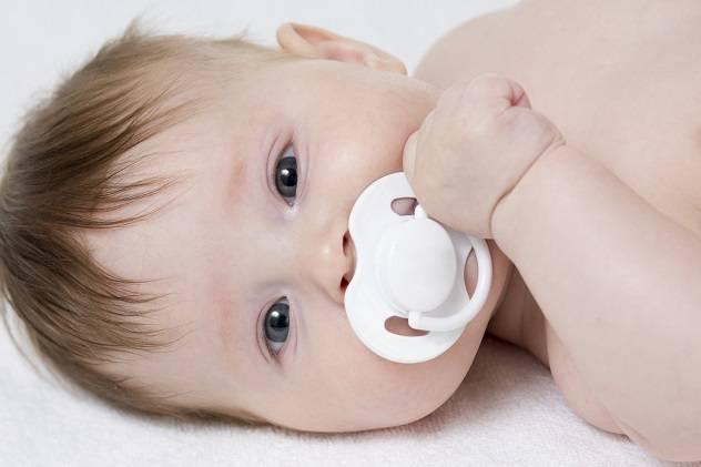 Как приучить к пустышке новорожденного младенца: как правильно давать соску грудничку, какие есть народные способы и что советует доктор комаровский?