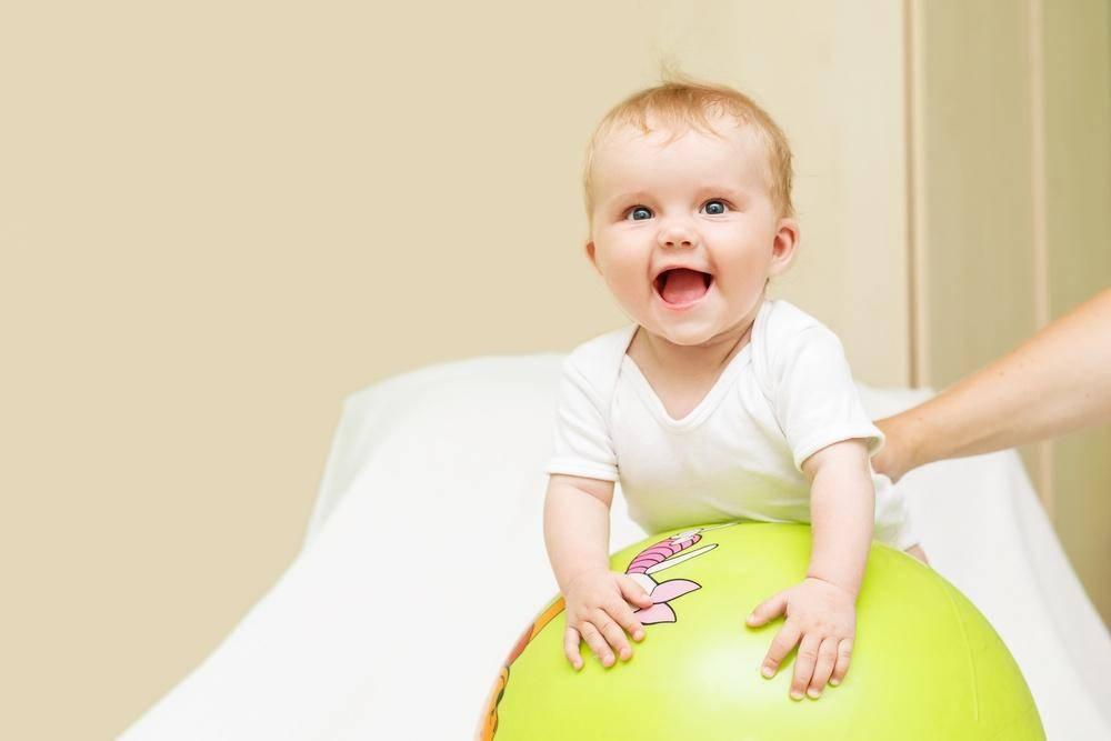 Ребенок в 4-6 месяцев переворачивается только в одну сторону: причины, что делать