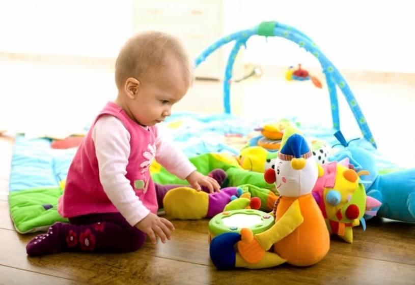 Развитие ребенка в 10 месяцев. чему научился кроха?
