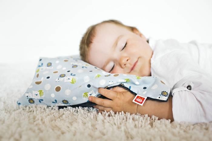 Достоверный ответ на вопрос: нужна ли подушка для новорожденного в кроватку