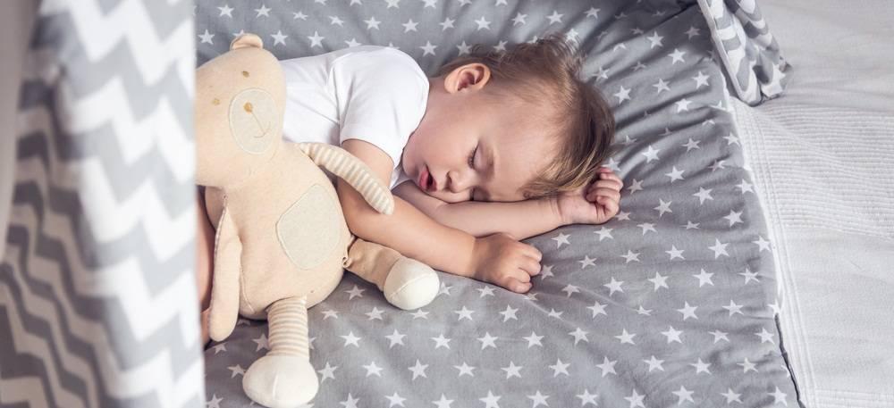 Как приучить ребенка спать в своей кроватке отдельно от родителей. доктор комаровский