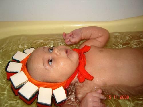 Шапочка для купания ребенка: безопасность водных процедур