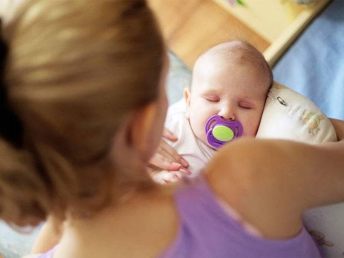 Нужно ли приучать ребенка к пустышке