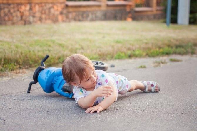 Что делать, если ребенок упал с кровати?