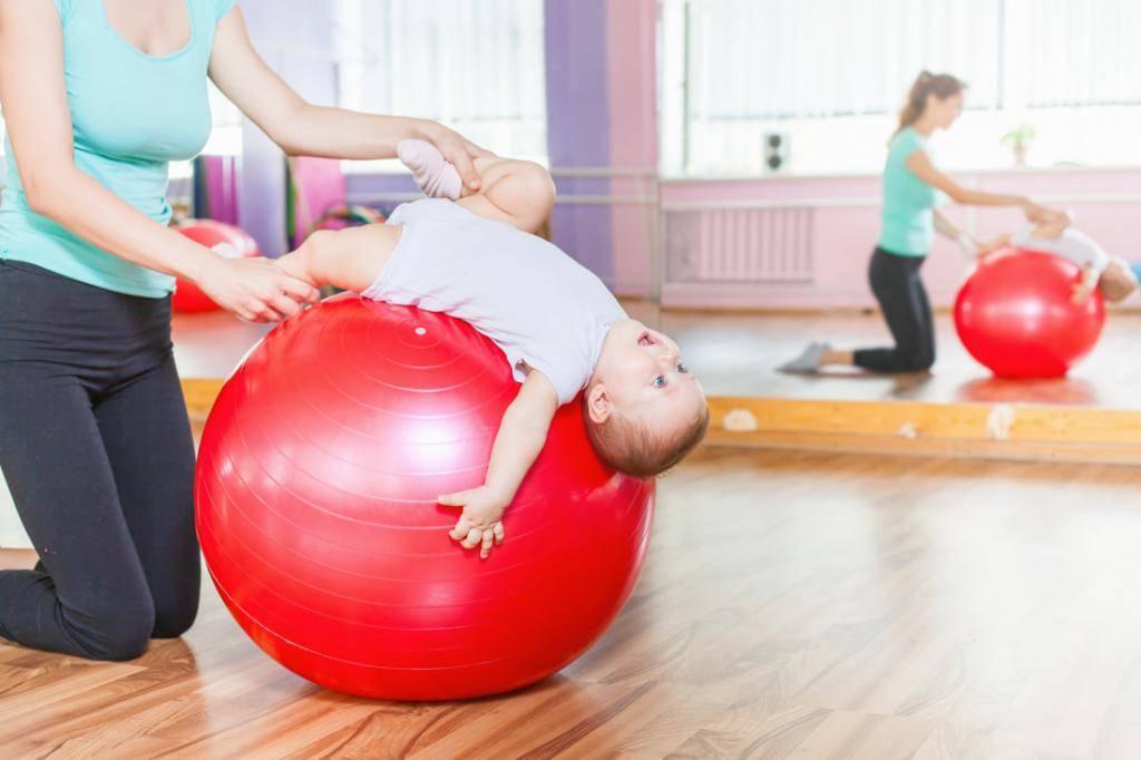 Как проводить занятия на фитболе для новорождённых в домашних условиях? Руководство для родителей