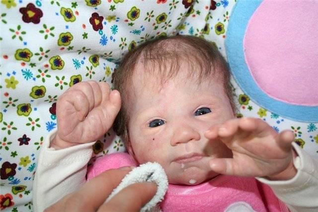 Грудничок все время сосет кулак, слюни текут пузырями: выясняем причины обильного слюноотделения у ребенка в 2-3 месяца