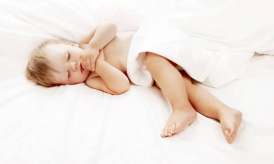 Ребенок вздрагивает во сне: почему дети дергаются ночью