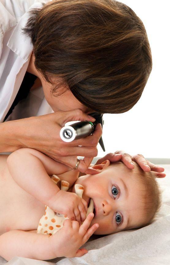 Как правильно чистить уши грудному ребенку