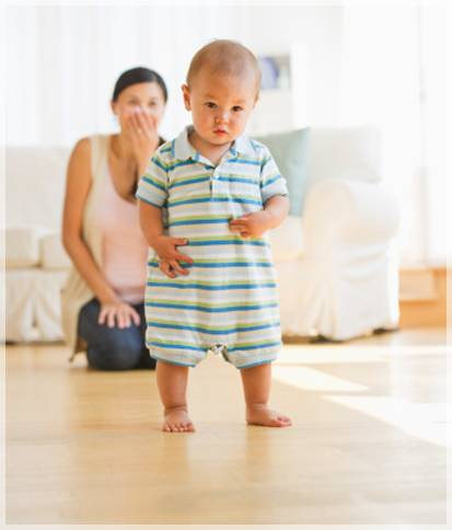 В каком возрасте малыш учится ходить