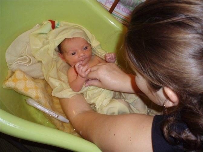 Как купать новорожденного ребенка первый раз дома: когда можно начинать после выписки, на какой день мыть грудничка, а также при какой температуре воды и в чем?