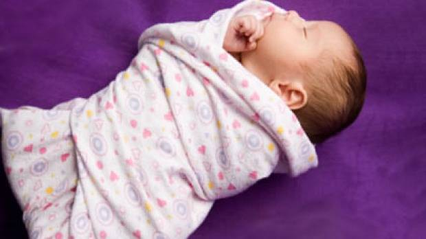 Ребенок запрокидывает голову назад во сне