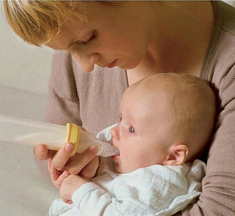 Ребенок срыгивает после грудного молока: причины и действия