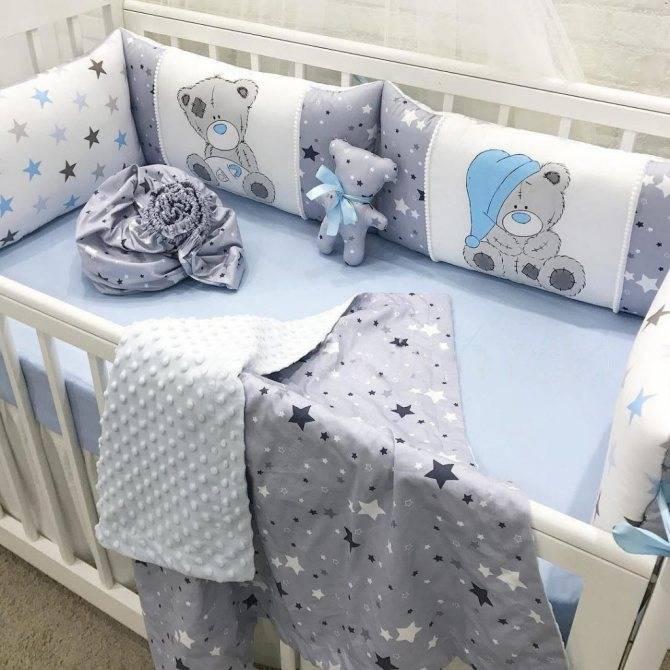 Постельное белье в кроватку для новорожденных (95 фото): детские комплекты с одеялом, подушкой и клеенкой, размеры