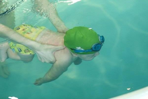 Грудничковое плавание: показания и противопоказания упражнения