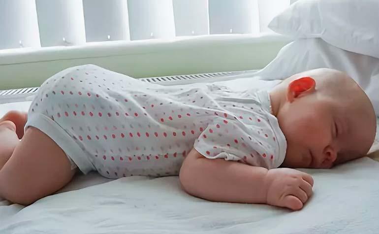 Как лучше спать новорожденному: на спине, на животе или на боку?