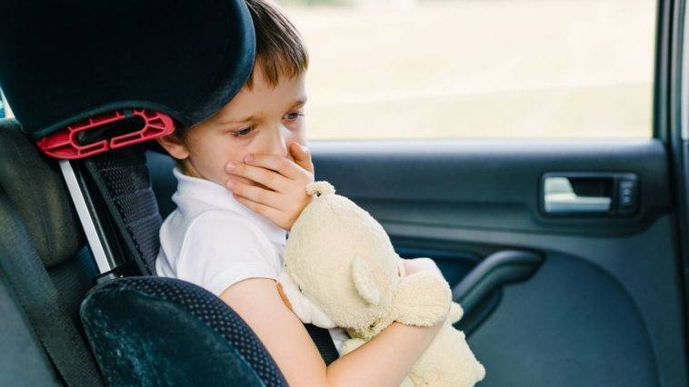 Ребенка укачивает в транспорте: почему и что делать