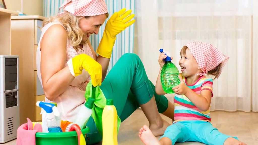 Мамины помощники: как приучить ребенка помогать по дому