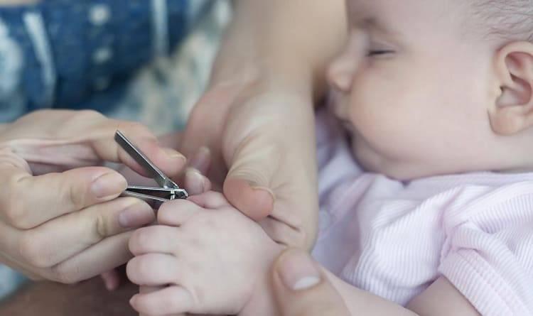 Как стричь ногти новорожденному правильно и когда можно первый раз
