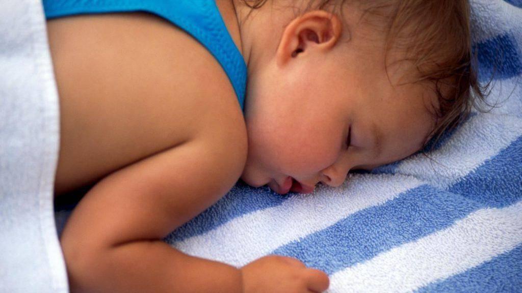 Потеет голова у ребенка во сне – какие причины и что делать 2021