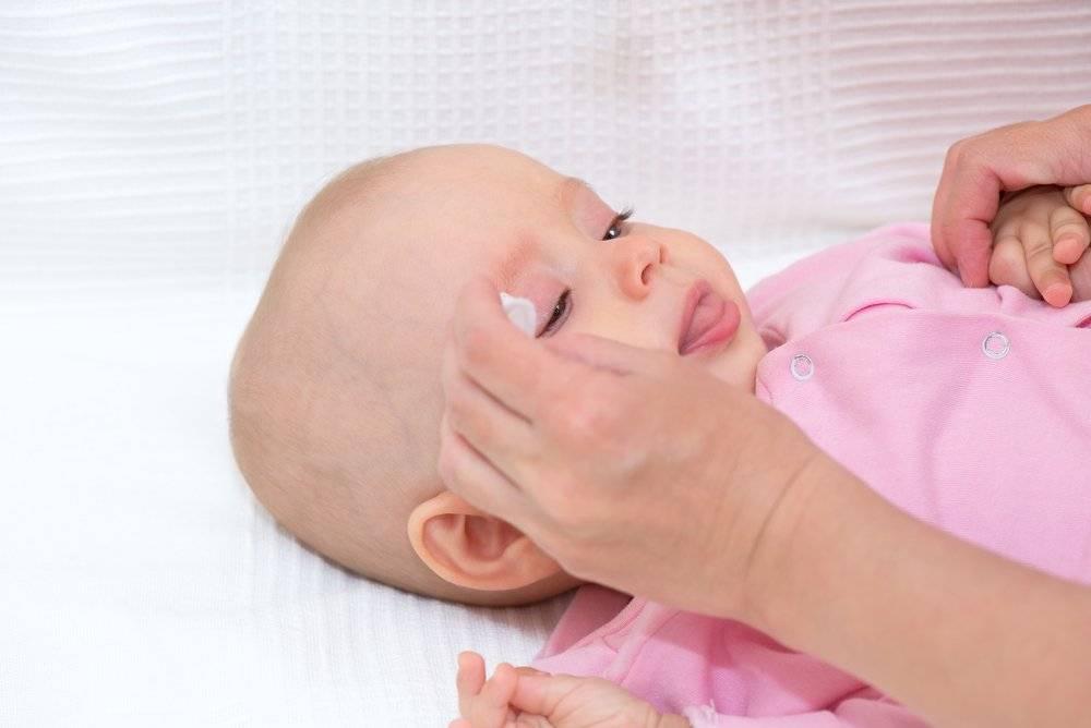 Умывание новорожденного ребенка: чем протирать и обрабатывать лицо утром
