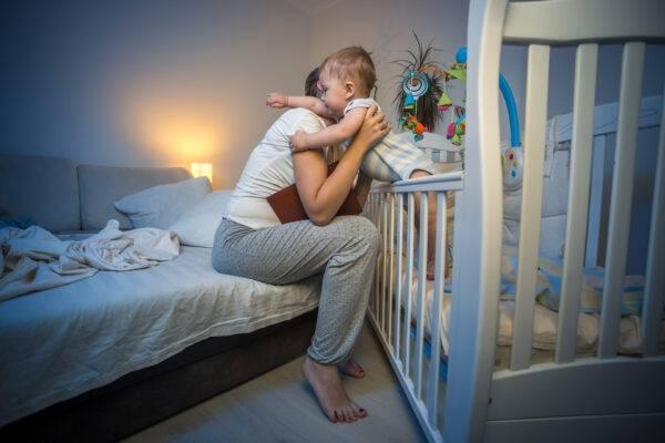 Ребенок плачет перед сном, не может заснуть в 3-4 месяца: чем помочь грудничку?