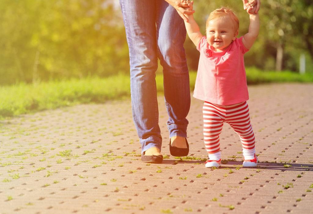 Во сколько месяцев ребенок начинает ходить - как помочь