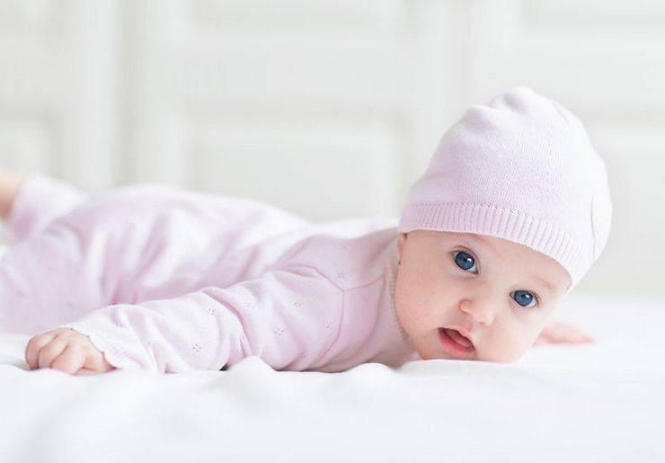 Во сколько ребенок начинает держать голову? физическое развитие
