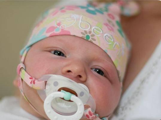 Как приучить младенца к пустышке