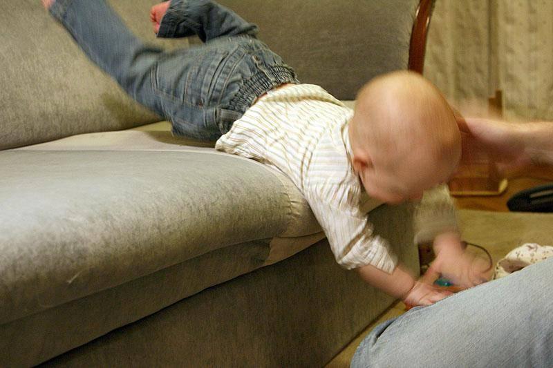 Что делать, если ребенок упал с кровати? - medical insider