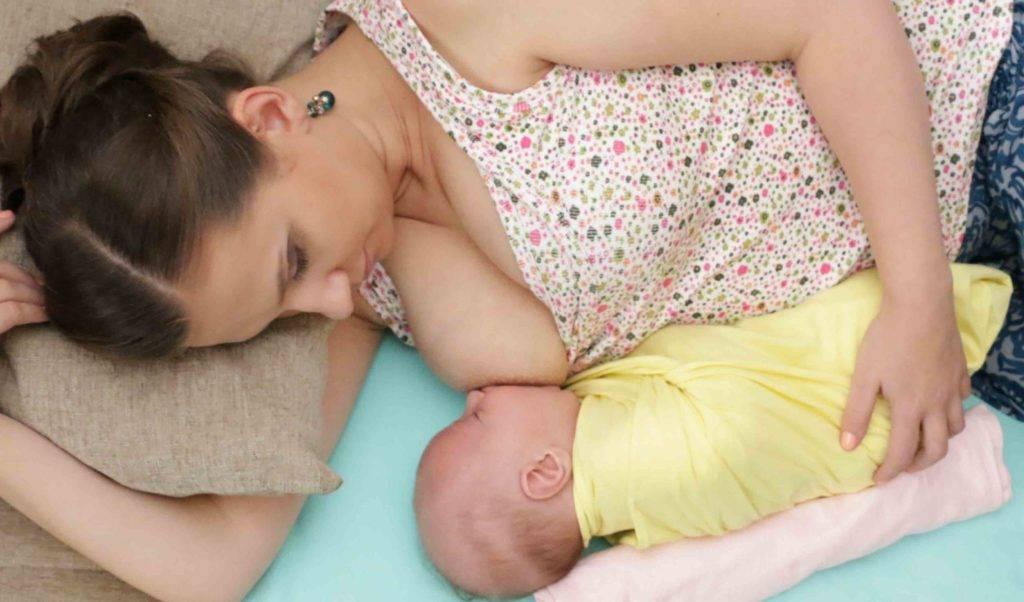 Как кормить лежа новорожденного, правильное кормление ребенка грудью на боку