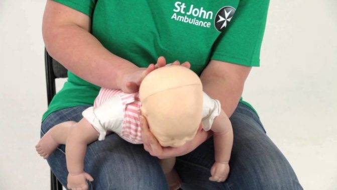 Что делать, если ребенок случайно проглотил косточку от фрукта или ягоды: первая помощь малышу