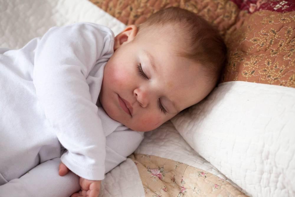 Новорожденный не спит, постоянно кричит и плачет: причины, что делать