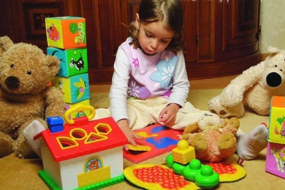 Чем порадовать малыша: подходящие игрушки для ребенка в 2 месяц